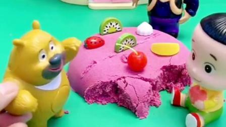 熊二自己刚买的蛋糕真好看,自己还没开始吃,上面怎么还被吃了!