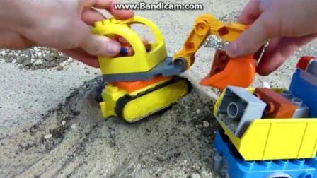宝宝工程车 挖掘机给翻斗卡车装载积木玩具.avi