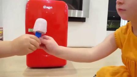 萌娃玩游戏:熊孩子们真是聪明呀!自己在家做雪糕,小家伙的小冰箱可真漂亮呢!