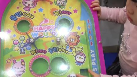 萌娃玩游戏:萌娃小可爱们来超市玩游戏机,小家伙们真是萌萌哒!萌娃:哥哥太棒啦