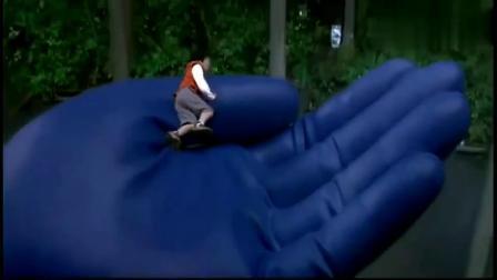 奥特曼伸出了手让小男孩爬上来,这么光滑不小心掉下去怎么办?