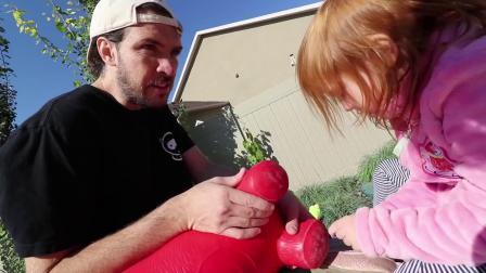 萌娃玩游戏:萌娃小可爱带着玩具朋友出来晒太阳,小家伙可真会玩,萌娃:好开心哦