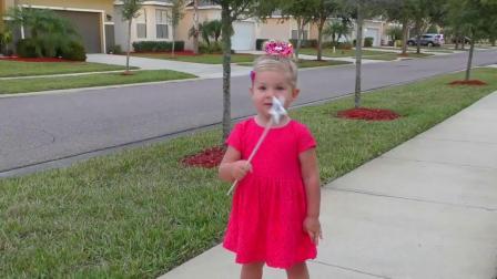 萌娃玩游戏:萌娃小可爱带着自己的公主马车出门玩,穿上漂亮的裙子,小可爱也秒变小公主