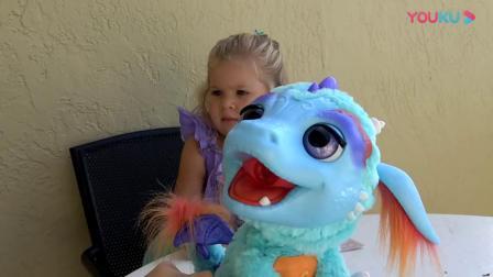 萌娃玩游戏:萌娃小可爱拿出一个小玩具,小家伙真是萌萌哒,萌娃:这个玩具竟然会动