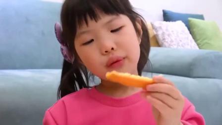 萌娃玩游戏:萌娃小可爱和爷爷一起吃橙子!小家伙真是高兴呀!萌娃:味道还不错!