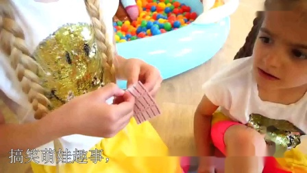 萌娃玩游戏:萌娃小可爱玩游戏受伤了,小家伙可要注意安全呀!萌娃:姐姐快来帮我