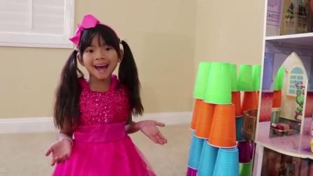 萌娃玩游戏:萌娃小可爱在玩叠杯子,小家伙没有小城堡,萌娃:好伤心啊