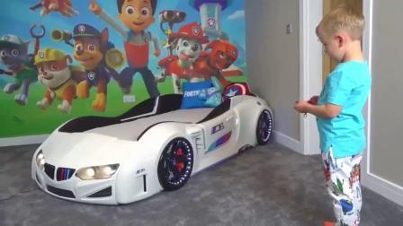 萌娃玩游戏:萌娃小可爱宝贝和妈妈一起布置自己的房间,小家伙的新床可真酷呀!