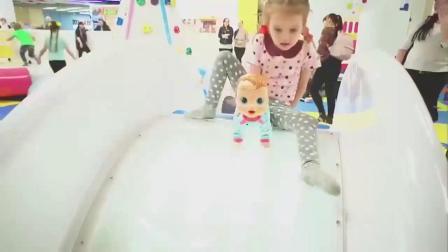 萌娃玩游戏:萌娃小可爱带着玩具宝宝去到了一座漂亮的儿童乐园,两个小家伙玩的可开心了!