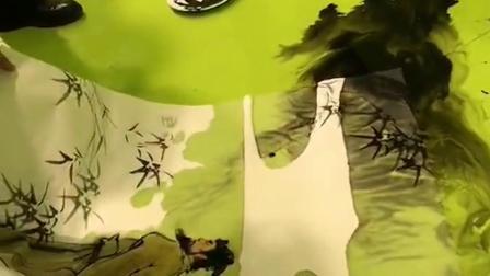 用毛笔在纸上画的树枝,放在水里没想到出现反常,真是好神奇的样子啊!