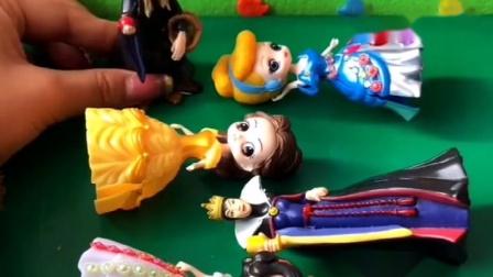 白马王子去童话城堡找白雪公主玩耍,一进门就发现城堡里的所有人都晕倒在地,机智的白马王子装晕一探究竟