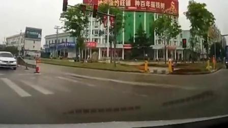 又是作死电车,闯红灯不说还超速,真把马路当自己家后院了