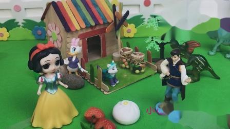 白马王子给白雪送来了草莓,包子和馒头,王子真好!