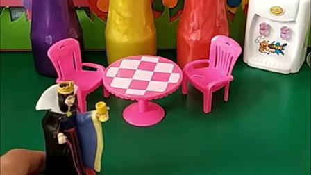 王后让贝尔白雪收拾家,贝尔却约朋友出去玩