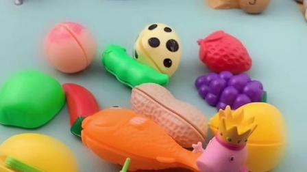 乔治口袋里有好多水果呢,猪妈妈看到会很喜欢吗,猪爸爸还不带!