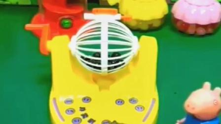 乔治自己做的奖杯呢,小乌龟看到也想要玩呢,乔治会让她自己玩?