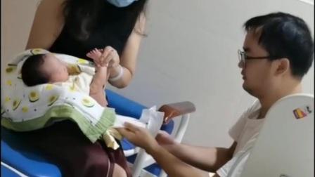 妈妈在医院喂奶