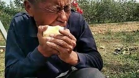 爸爸吃苹果