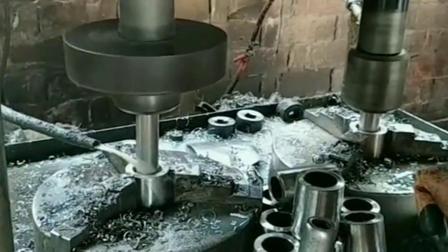 一个人两台机器,也是游刃有余,还是机器干活轻松!
