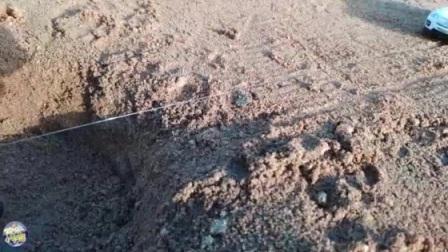 我在摩托车与拖拉机相撞掉坑里,警车经过时叫来挖土机和消防车把它救起来截了一段小视频