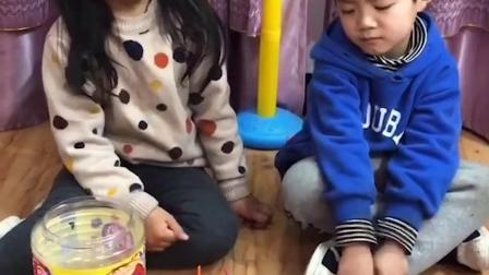 童年趣事:和姐姐一起把糖果捡起来