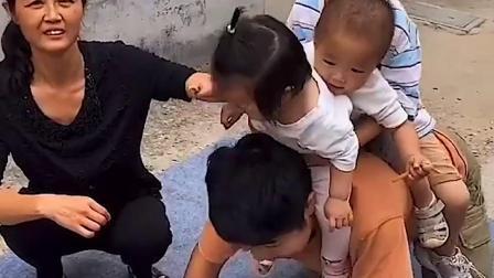 童年趣事:三个小朋友和爸爸在玩什么呢