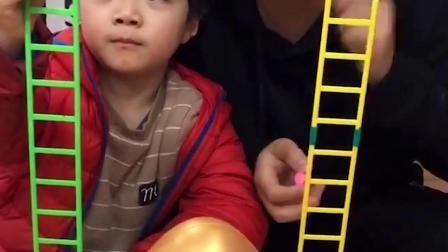 童年趣事:砸金蛋玩游戏,里面会有什么?