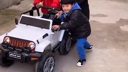 童年趣事:姐姐帮弟弟把小汽车推回家