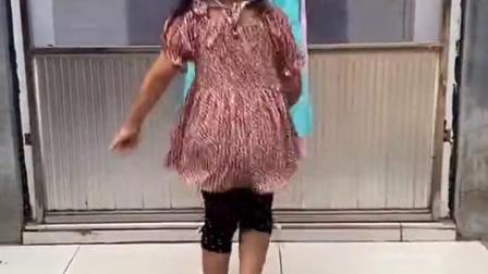 儿童姐妹玩游戏:妹妹想试试古风的衣服,那我就给你瞬间移动