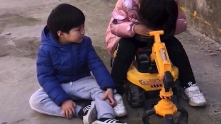 童年趣事:姐姐抢走了弟弟的车车