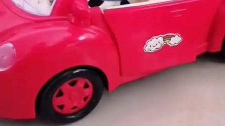 猪爸爸新买的小车,乔治还没有开呢,猪爸爸就想要带着出去玩?