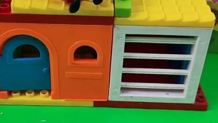 猪爸爸上楼修理,乔治看到不帮忙吗,还想要做什么呢?
