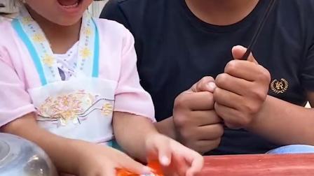 趣味童年:爸爸变魔术,变出了火腿肠和棒棒糖