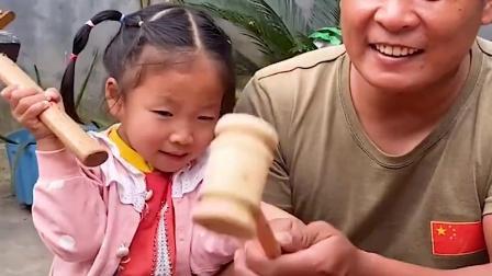 趣味童年:爸爸和萌娃一起砸金蛋,快看看都有什么礼物吧!