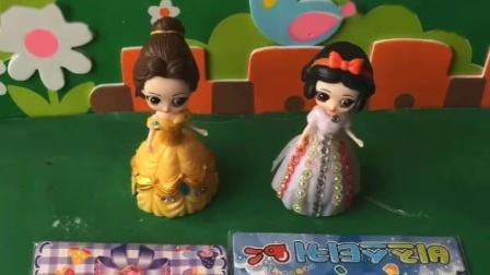 白雪贝尔公主做了绸缎,想要送给王后,不料王后丝毫不理会
