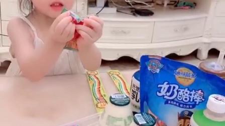 趣味童年:好东西一起分享,有好吃的都会想起哥哥姐姐的萌宝