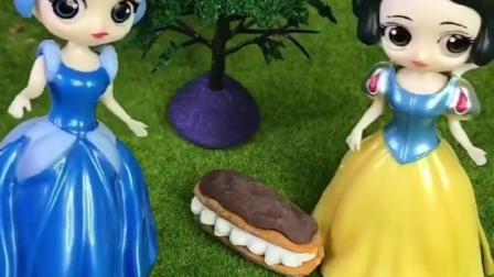 爱丽丝丢了蛋糕,白雪公主和小灰遇到了,小灰想把蛋糕吃了