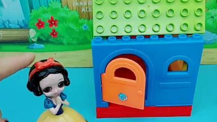 白雪刚搭建好新房子,佩奇就跑来请求白雪,称贝儿正在追击自己