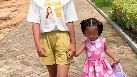 童年趣事:萌娃和姐姐在沙滩上玩沙土
