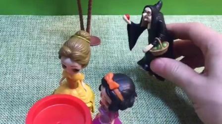 贝尔白雪给王后送面膜,巫婆要对贝尔白雪下手,正好被王后看见
