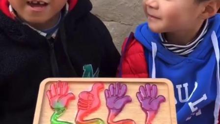 亲子游戏:妈妈给宝贝们发手掌玩具