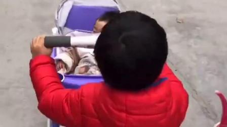 童年趣事:推着小宝宝去哪里呀