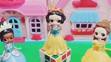 白雪的泡大珠没水,贝尔和青蛙公主帮助白雪,让白雪开心起来