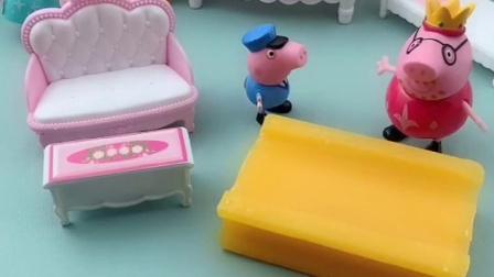 猪爸爸下班带的什么呢,猪妈妈看着还以为是巧克力,看着好吃?