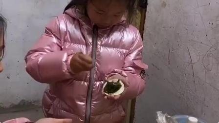 童年趣事:宝贝包饺子了