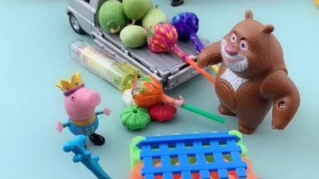 乔治推着自己的小车出去玩,熊二还在外面卖糖果呢,乔治喜欢吗?