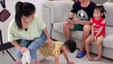 儿子保护妈妈的举动震撼了爸爸