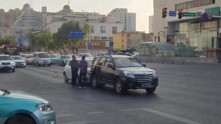 原创:巧遇两辆小型汽车在路口相撞