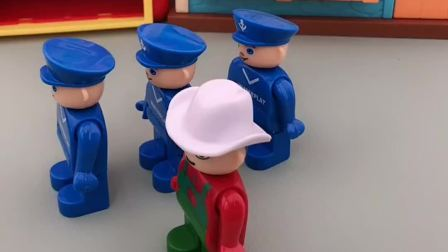 警察叔叔在跑步,小僵尸看见了就跑,自己也先跑了好远呢