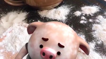 吃面粉的猪小屁,弄的面粉到处都是,猪小屁太调皮了
